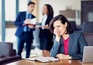 trauerende Frau bei der Arbeit